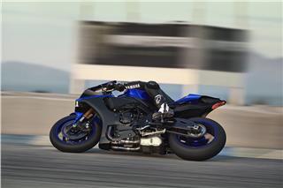 2019 Yamaha YZF-R1 - Action